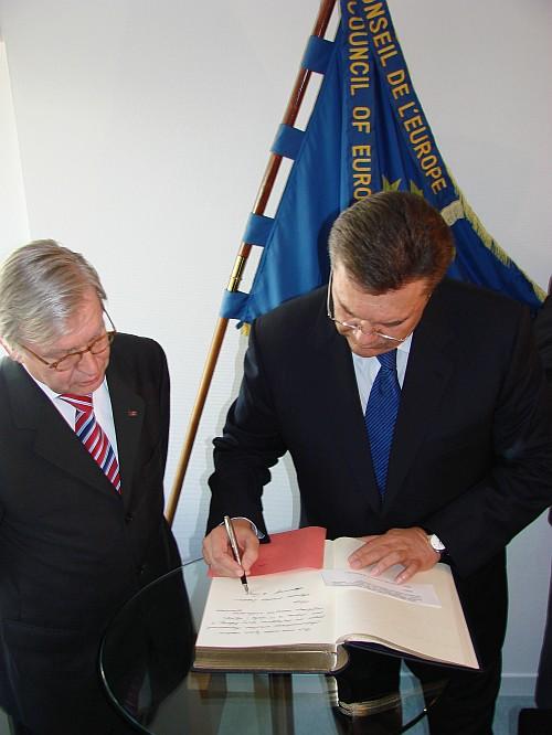 Янукович пишет отзыв в книге отзывов))